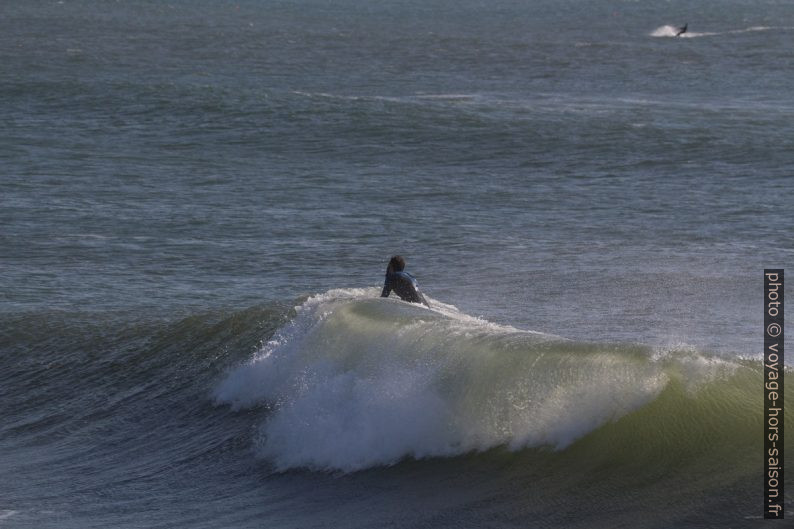Un surfeur n'a pas réussi à passer du bon côté de la vague. Photo © André M. Winter