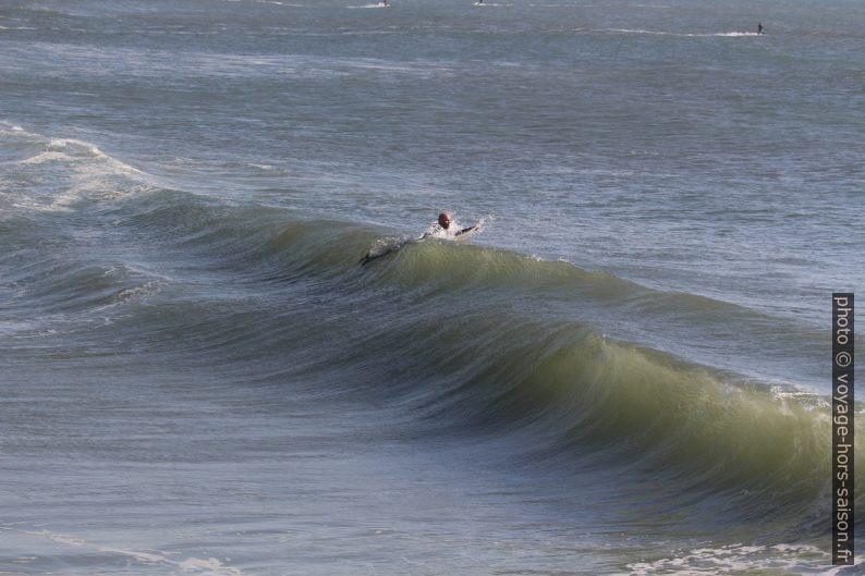 Un surfeur passe sous une vague. Photo © André M. Winter