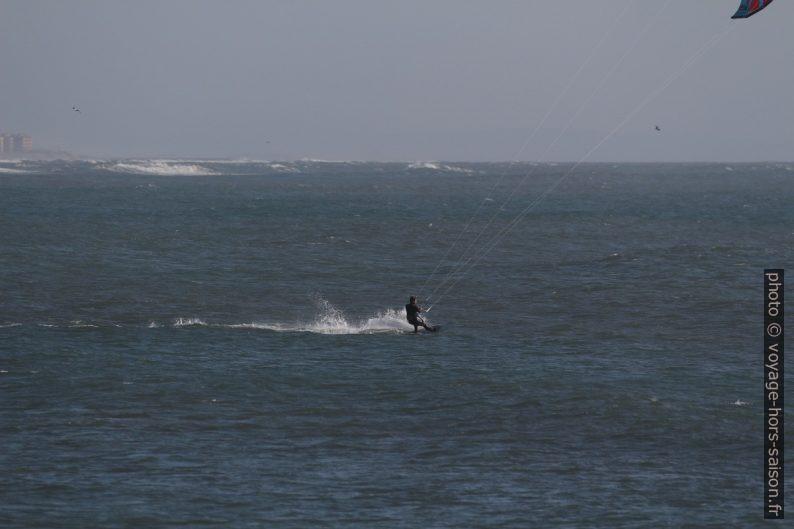 Un kite-surfeur. Photo © André M. Winter