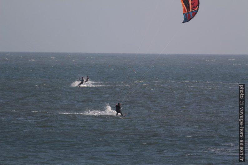 Plusieurs kite-surfeurs. Photo © André M. Winter