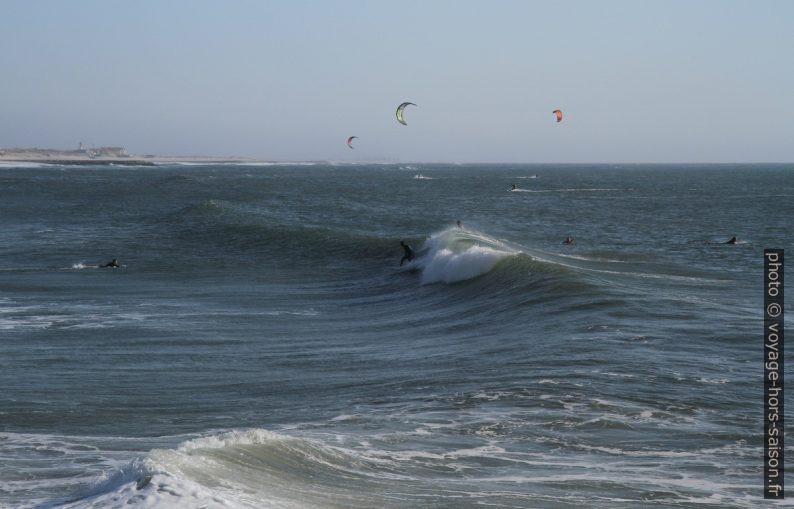 Surfeurs et kite-surfeurs à la Praia da Barra. Photo © André M. Winter