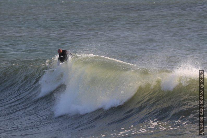 Un surfeur s'élance sur une vague. Photo © André M. Winter
