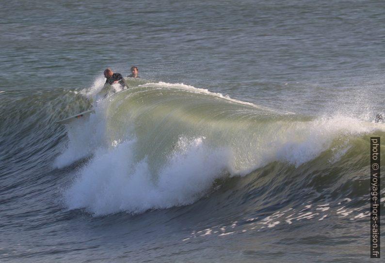 Un surfeur s'élance sur une vague qui déferle. Photo © André M. Winter
