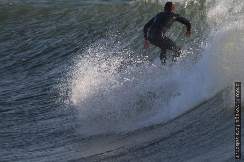 Un surfeur debout sur le flanc de la vague. Photo © André M. Winter