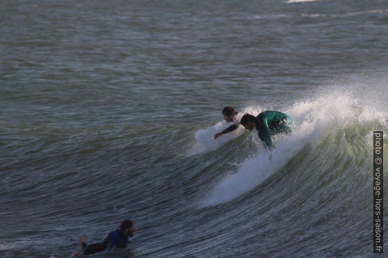 Un surfeur tente de se mettre debout. Photo © André M. Winter
