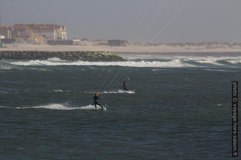 Kite-surfeurs à la Plage de Barra. Photo © André M. Winter