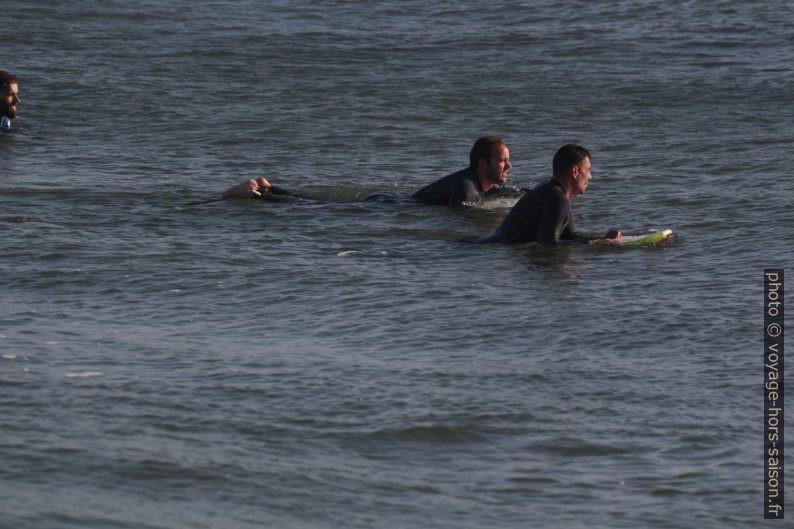 Surfeurs en attente de bonnes vagues. Photo © André M. Winter