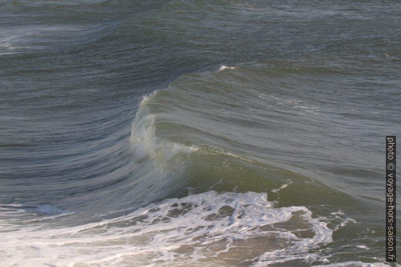 Début du déferlement de la vague. Photo © André M. Winter