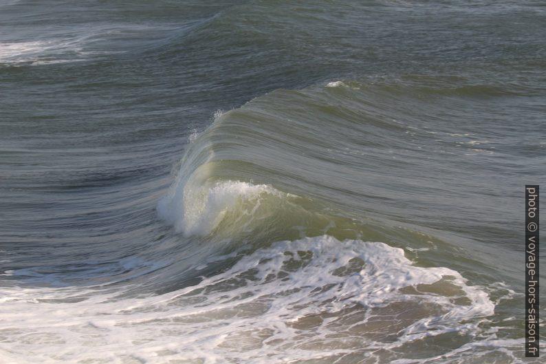 La vague se brise en déferlant. Photo © André M. Winter