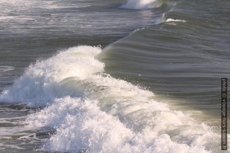Une déferlante s'écrase sur la plage. Photo © André M. Winter