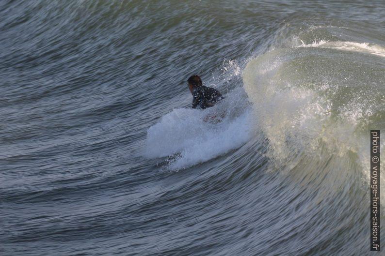 Un surfeur rattrapé par la vague. Photo © André M. Winter
