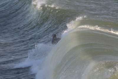 La vague roule sur le surfeur sans qu'il ait pu se lever. Photo © André M. Winter