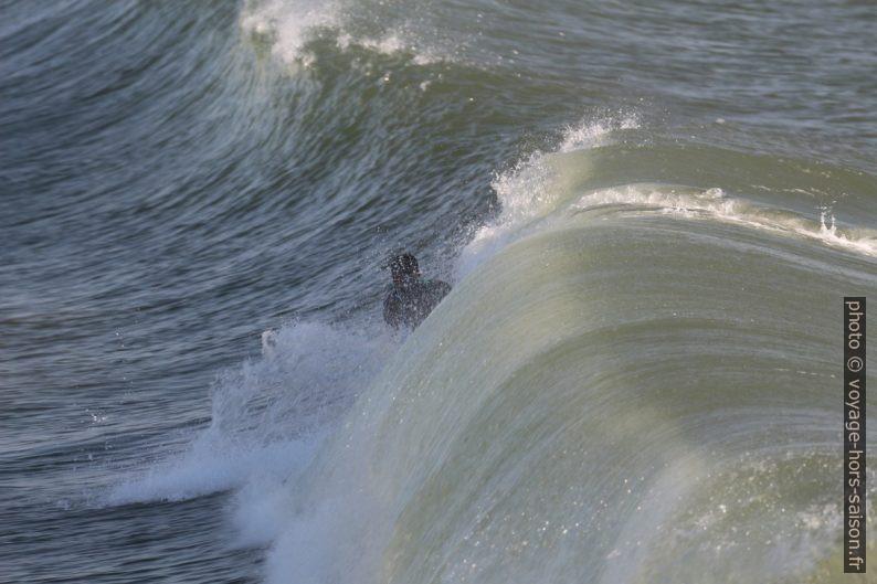 La vague roule sur le surfeur sans qu'il ait pu se lever. Photo © André M. Winter