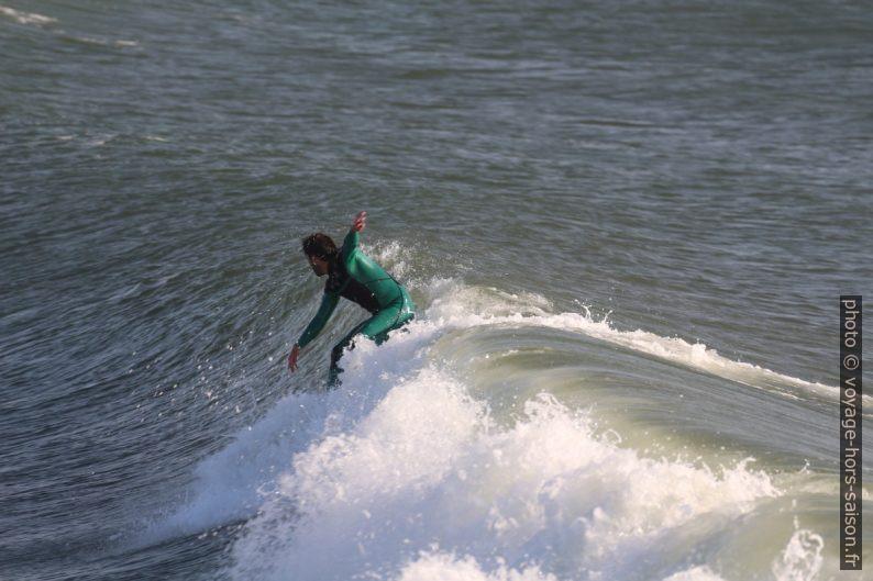 Un surfeur levé sur sa planche. Photo © André M. Winter