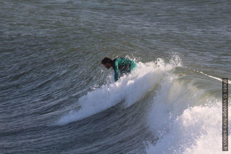 Un surfeur tente de se lever. Photo © André M. Winter