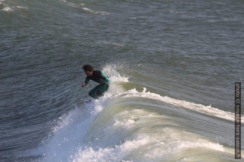 Un surfeur se débat avec la vague qui se rabat. Photo © André M. Winter