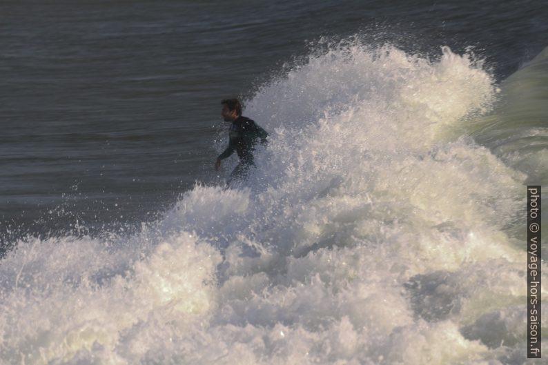 Un surfeur sort avec le dernier élan. Photo © André M. Winter
