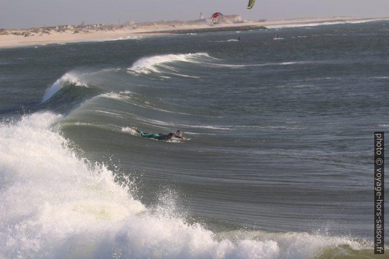 Des surfeurs refont surface après le passage d'une déferlante. Photo © André M. Winter