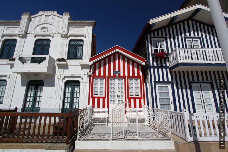 Une petite maison rayée en rouge et blanc coincée entre deux grandes. Photo © André M. Winter