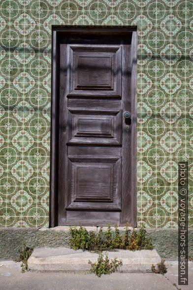 Porte en bois dans une maison au carrelage d'un autre âge. Photo © Alex Medwedeff