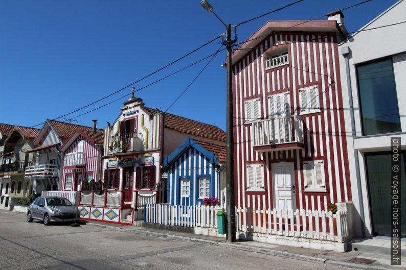 Maison éclectique entre maisons rayées à Costa Nova. Photo © André M. Winter