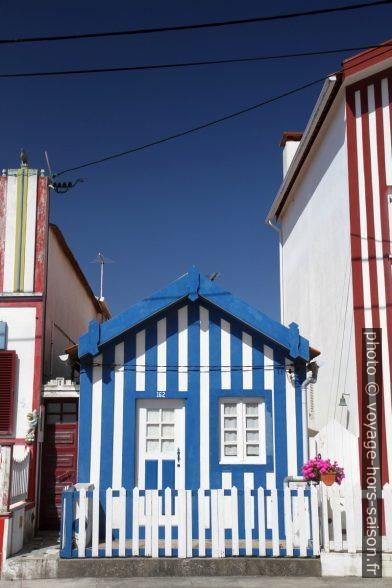 Minuscule maison rayée en bleu et blanc. Photo © Alex Medwedeff