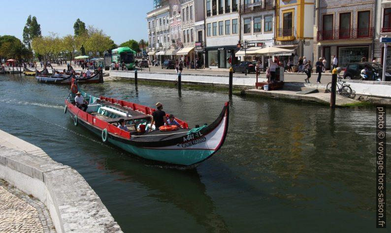 Une barque pour touristes sur le canal d'Aveiro. Photo © André M. Winter