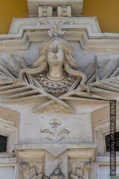 Tête de femme héroïque sur la Residência do Arquitecto Francisco Augusto Silva Rocha. Photo © Alex Medwedeff