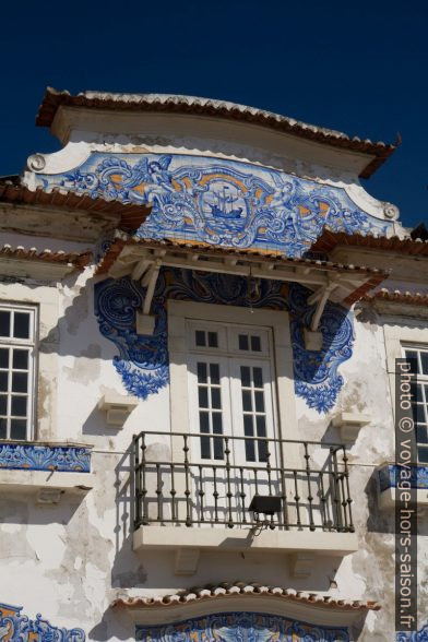 Fronton et balcon décorés d'azulejos de l'ancienne gare de Aveiro. Photo © Alex Medwedeff