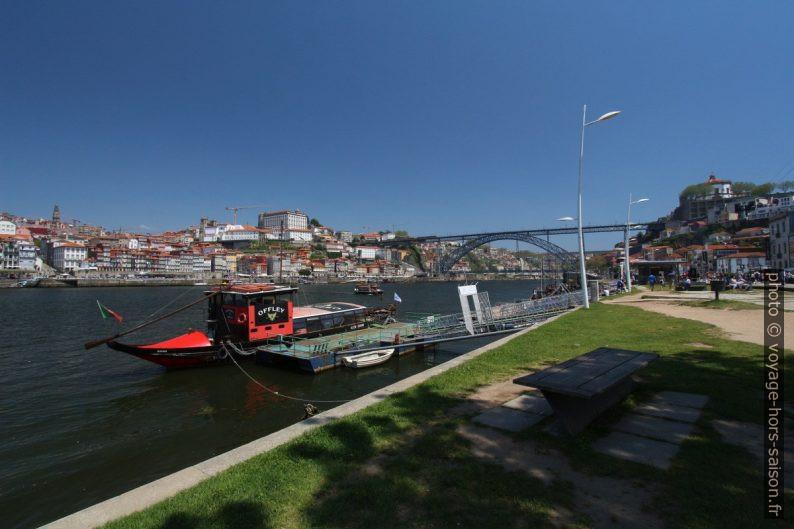 Barco rabelo de Offley sur le Douro en face de Porto. Photo © André M. Winter