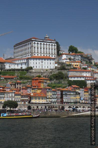Palais épiscopal de Porto au-dessus du Cais da Ribeira. Photo © Alex Medwedeff