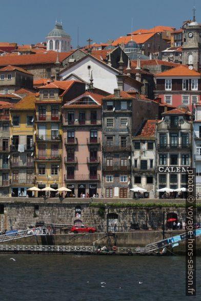 Maisons étroites du Cais da Ribeira. Photo © André M. Winter