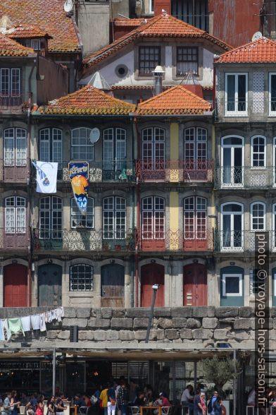 Maisons étroites au larges fenêtres du Cais da Ribeira. Photo © André M. Winter