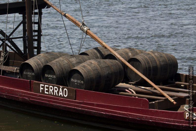 Tonneaux de Barros Porto dans un le barco rabelo «Ferrão». Photo © André M. Winter