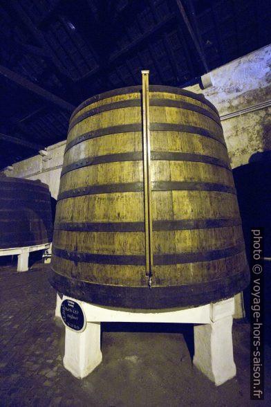 Grand tonneau contenant près de 19000 litres de vin porto. Photo © André M. Winter