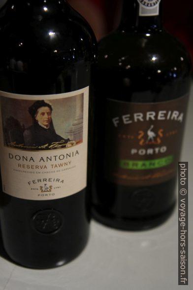 Deux bouteilles de porto de la cave Ferreira. Photo © Alex Medwedeff