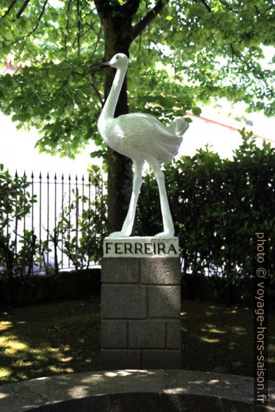 L'émeu de Ferreira en statue. Photo © Alex Medwedeff