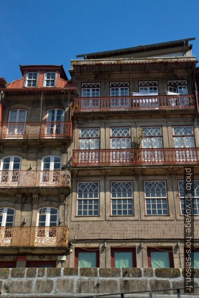 Maisons du Cais da Ribeira aux grandes fenêtres. Photo © Alex Medwedeff