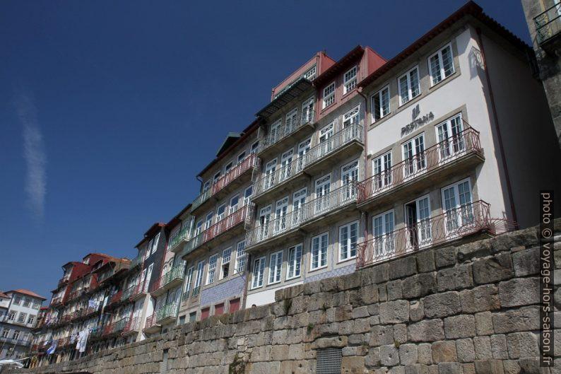 Balcons des maisons du Cais da Ribeira. Photo © Alex Medwedeff