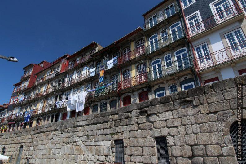 Maisons du Cais da Ribeira aux balcons étroits. Photo © André M. Winter