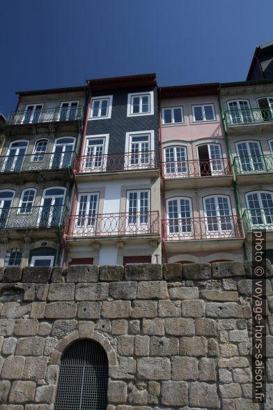 Maisons du Quai de Ribeira. Photo © Alex Medwedeff
