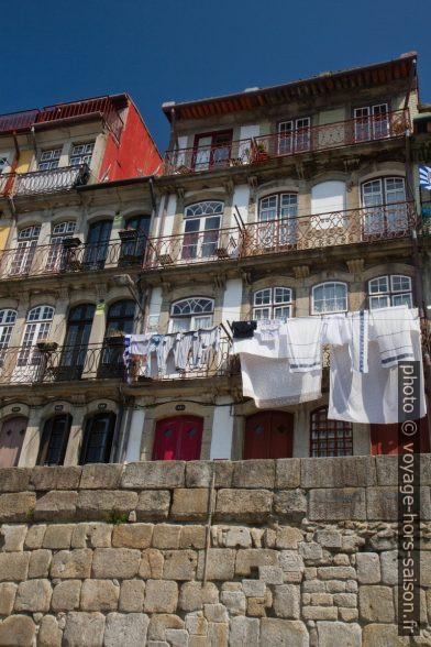 Linge étendu aux balcons des maisons du Cais da Ribeira. Photo © Alex Medwedeff