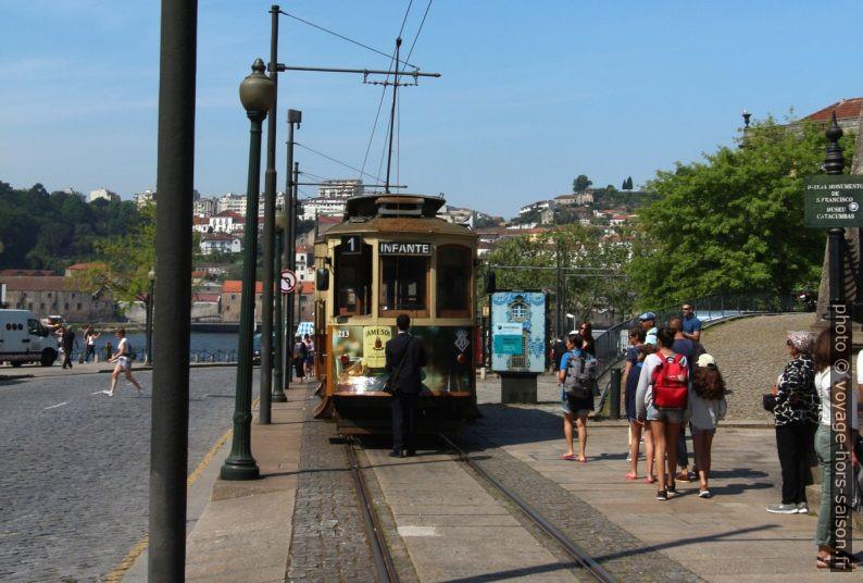 Rame 213 du tram de Porto au terminus Infante. Photo © André M. Winter