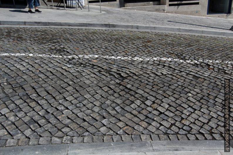 Pavé irrégulier dans les rues de Porto. Photo © André M. Winter
