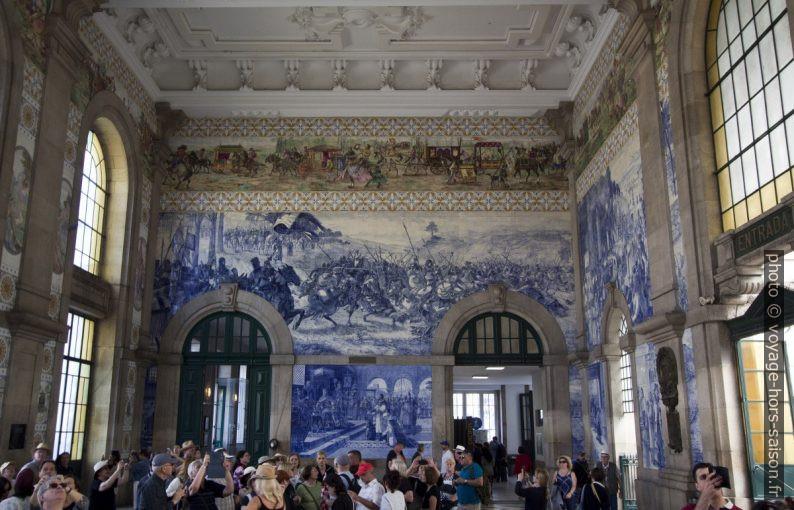 Halle de la gare de São Bento couverte d'azulejos. Photo © André M. Winter