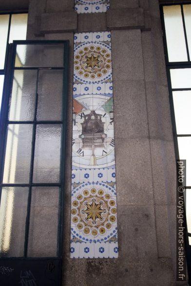 Azulejos polychromes simples sur les piliers de la halle de la gare de Porto São Bento. Photo © André M. Winter