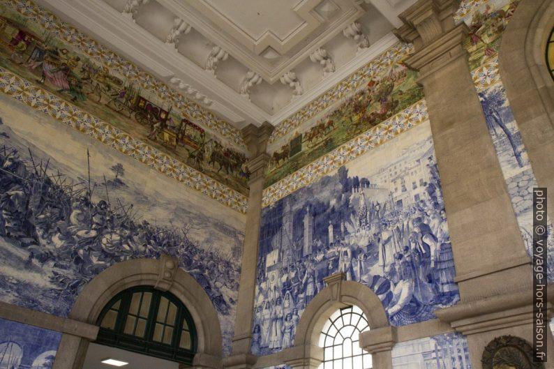 Azulejos polychromes et bleus de la halle de Porto São Bento. Photo © Alex Medwedeff