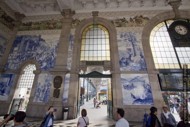 Azulejos dans la halle de la gare de São Bento. Photo © André M. Winter