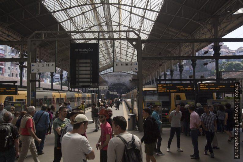 Quais et trains sous halle de la gare de São Bento. Photo © André M. Winter