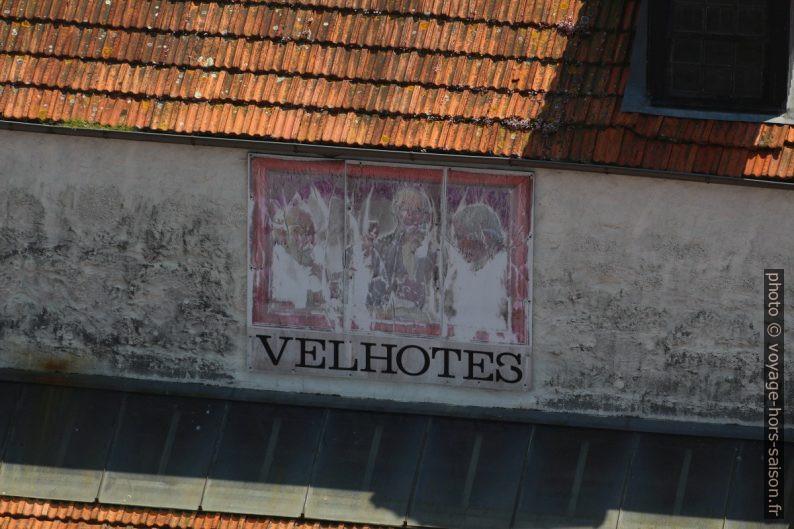 Ancienne publicité pour le vin porto Velhotes. Photo © André M. Winter